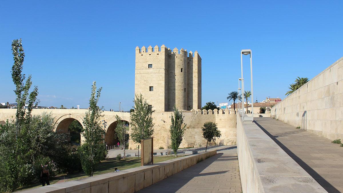 Torre de la Calahorra junto al río Guadalquivir